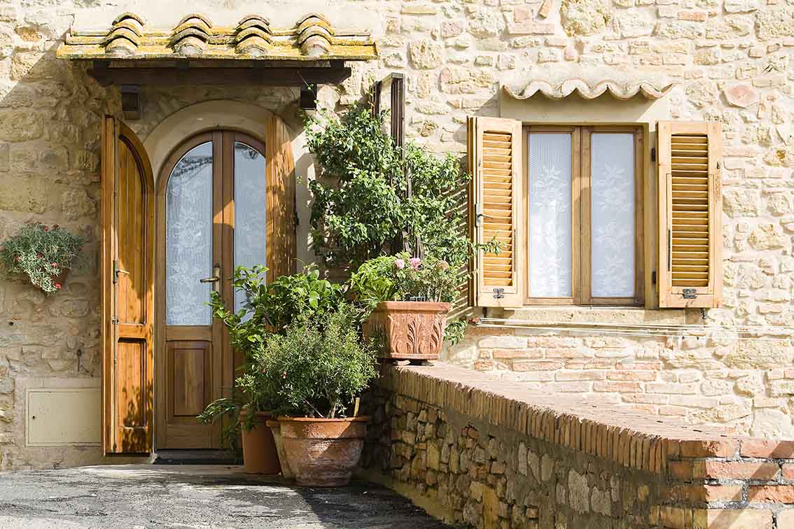 verniciare finestre e persiane con impregnante e finitura