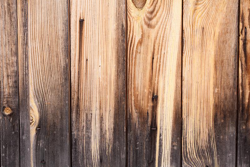 verniciare un cancello in legno annerito