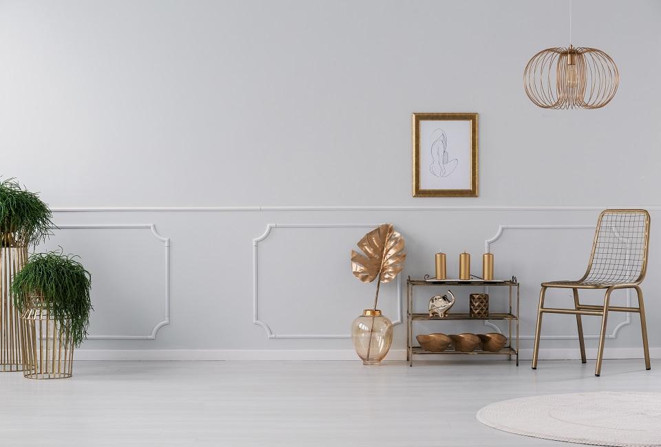 Un soggiorno giocato tra bianco e oro