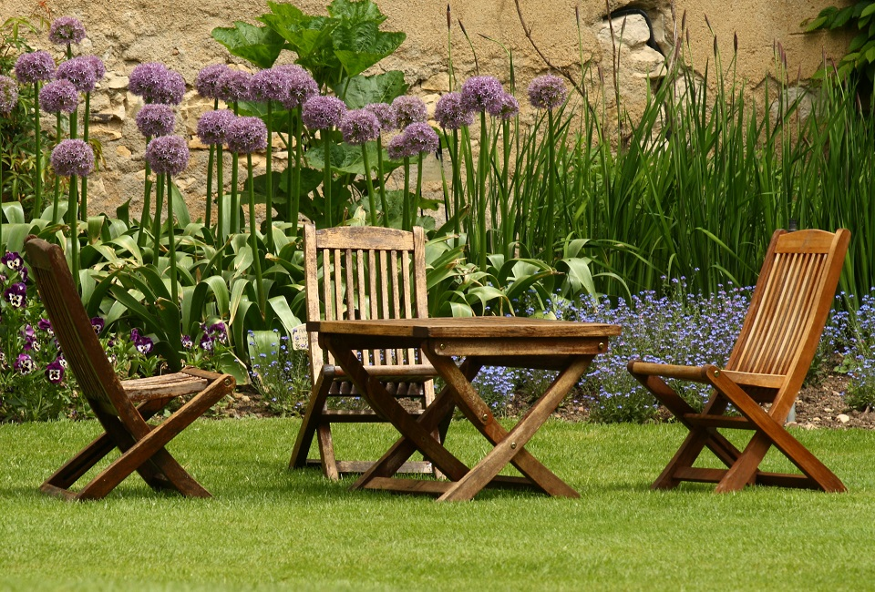 Tavoli E Sedie In Plastica Per Giardino.En Plein Air I Tavoli Da Giardino Tra Tradizione E Nuove Tendenze