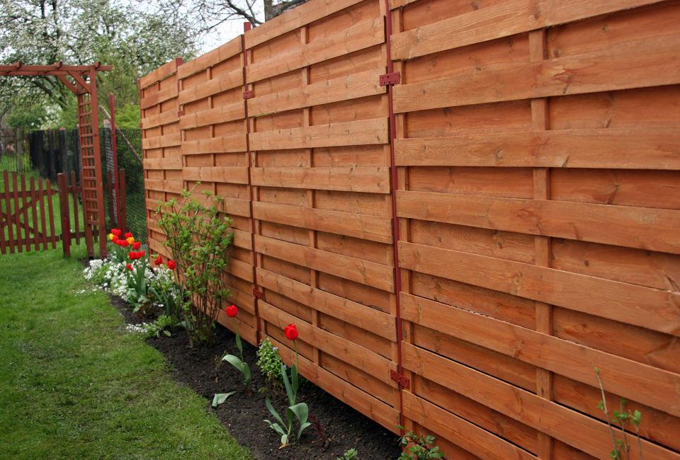 Uno steccato trattato con un'adeguata vernice per legno da esterno