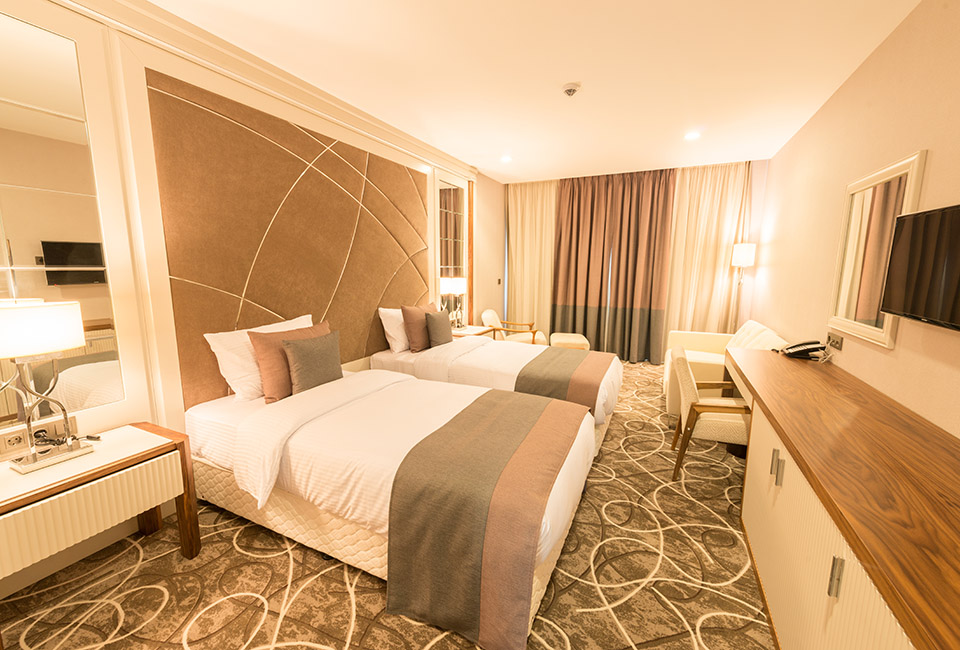 le tendenze 2020 per l'interior design, camera da letto arredata con tonalità champagne