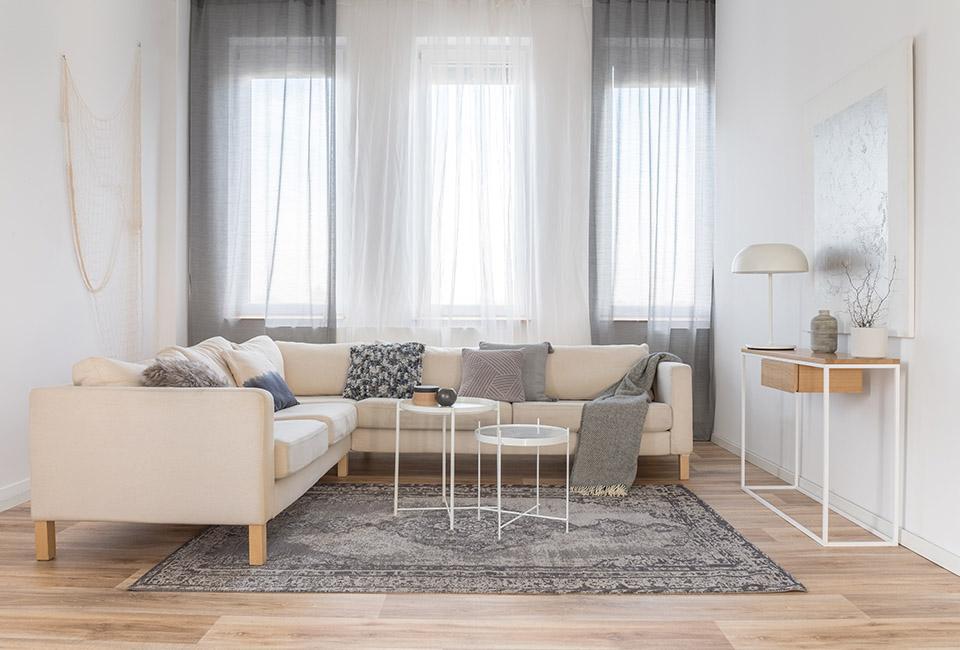 le tendenze 2020 per l'interior design, salotto moderno in tonalità naturali chiare