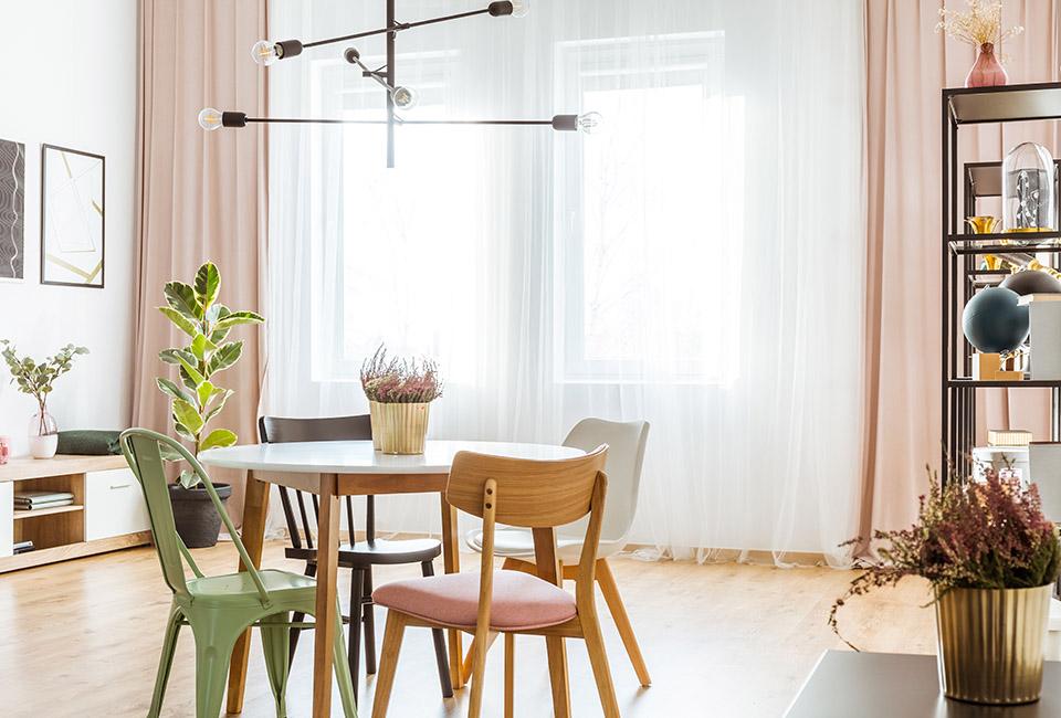 le tendenze 2020 per l'interior design, salotto moderno con combinazioni di colori pastello