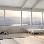 Veduta di un salotto con divani e letto realizzati con pallet