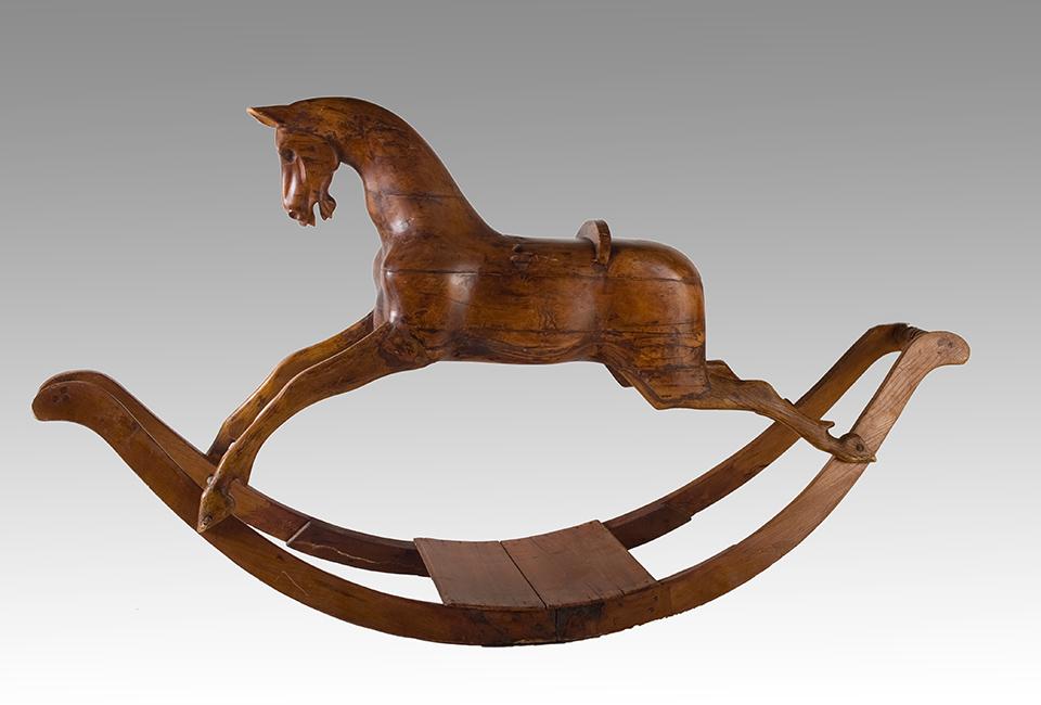 Storia del cavallo a dondolo: un esemplare in legno
