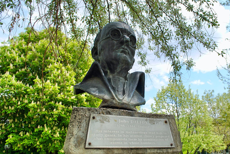 Dalton: chi era? Monumento dedicato a John Dalton