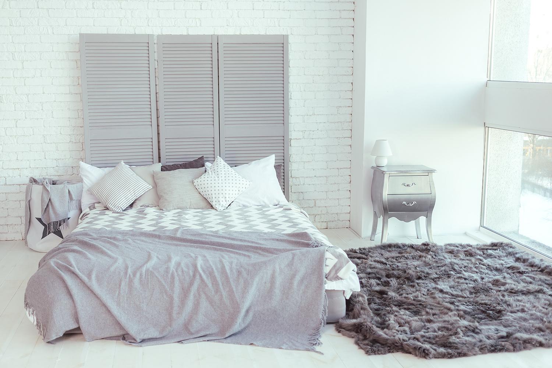 Riutilizzare le vecchie persiane per creare le testiera di un letto