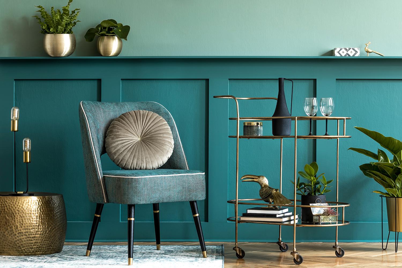 Tendenze colore 2021: stanza in verde con complementi metallici