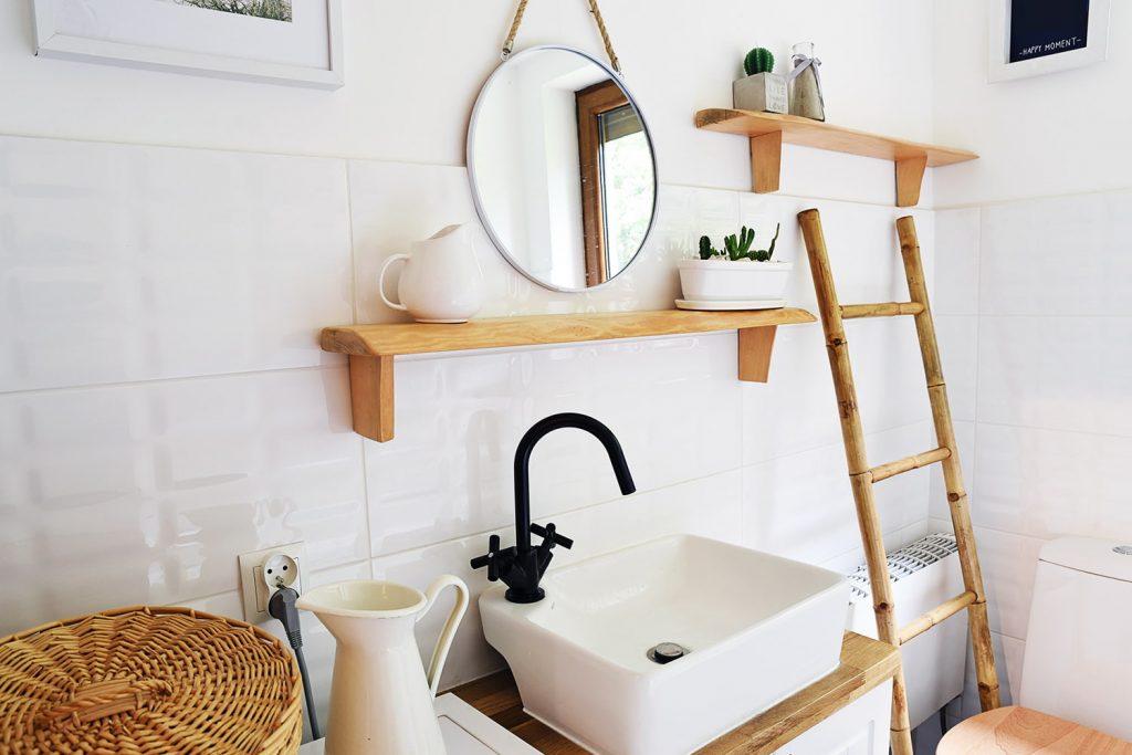 In un bagno piccolo si può sfruttare la verticalità