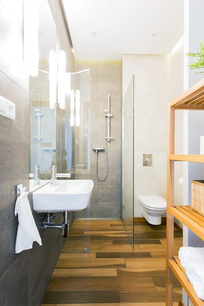 In un bagno piccolo meglio lasciare un piccolo corridoio centrale