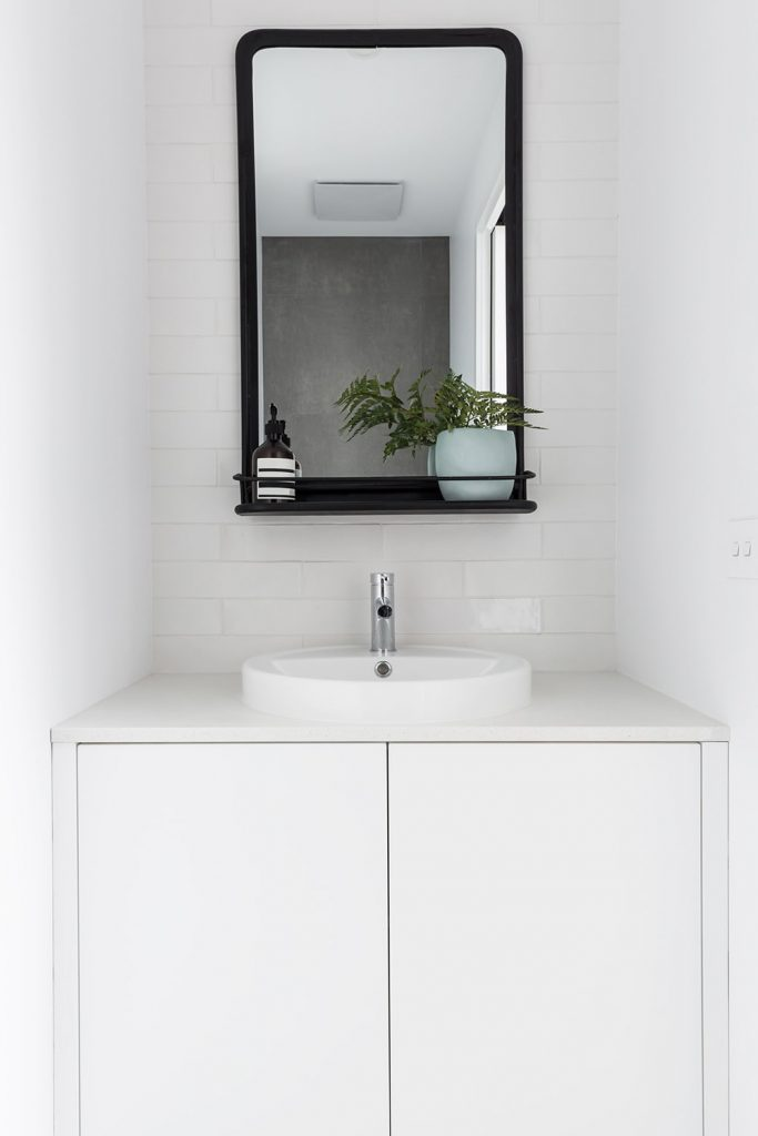 Soluzioni salvaspazio per un bagno piccolo: puntare sui colori chiari
