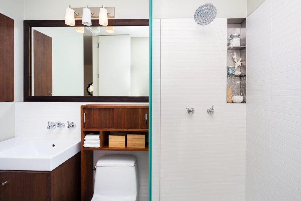 Qualche elemento che catturi l'attenzione aiuta a far sembrare più grande un bagno piccolo