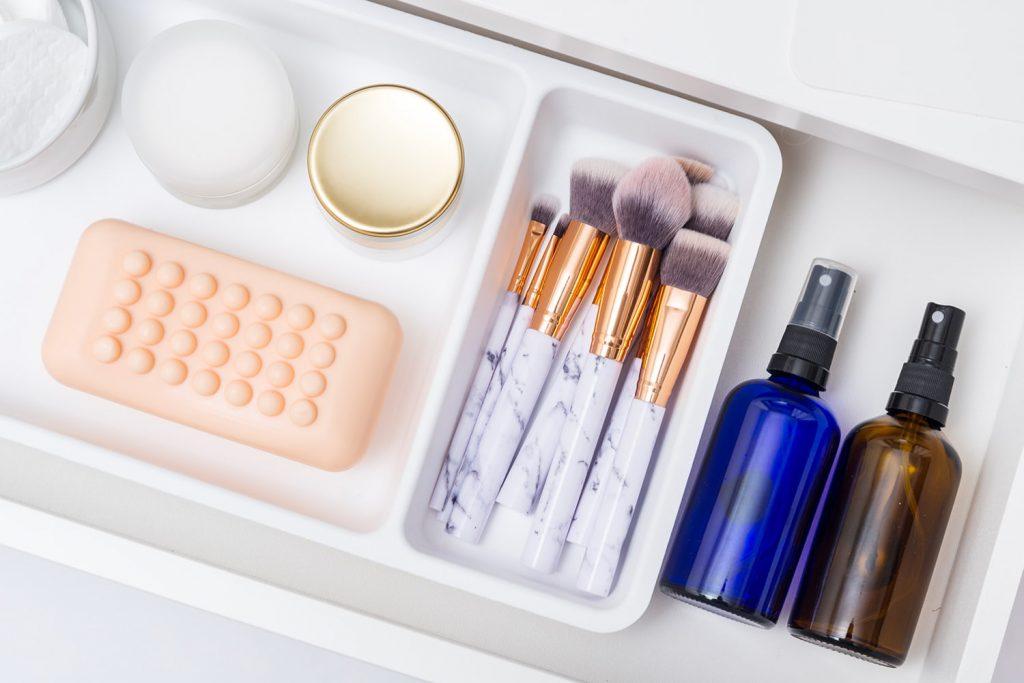 Soluzioni salvaspazio per un bagno piccolo: organizzazione e pulizia