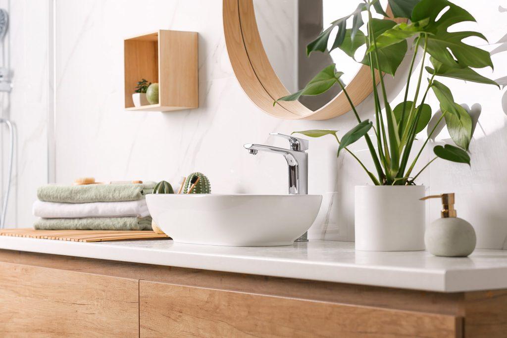 Attirare l'attenzione con qualche elemento per dare l'illusione di maggior spazio in un bagno piccolo