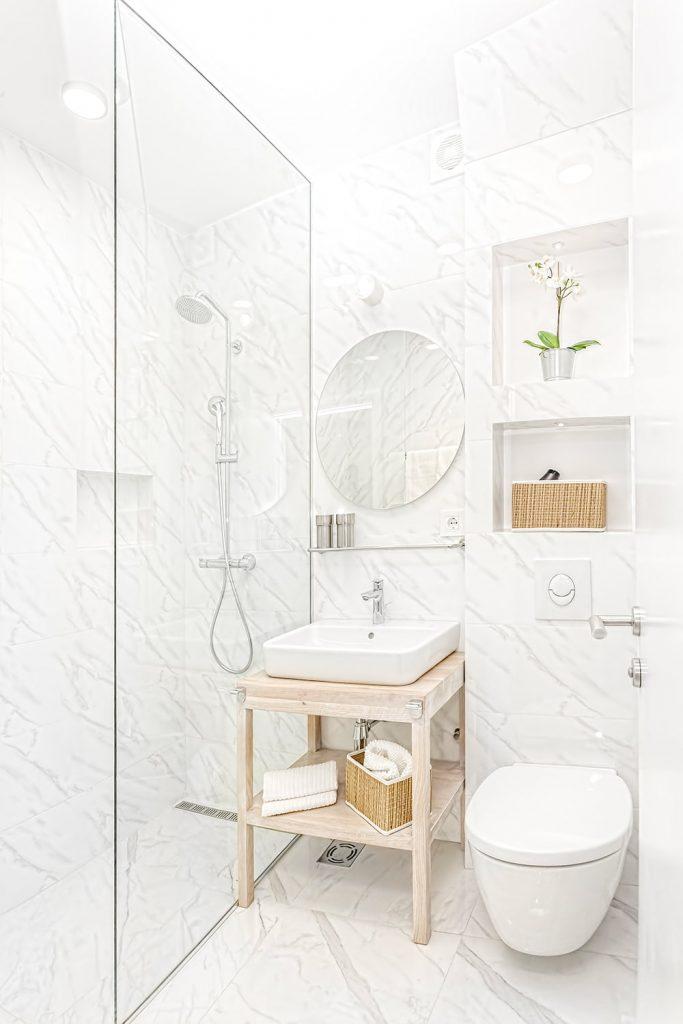 In un bagno piccolo meglio puntare sulla doccia che sulla vasca