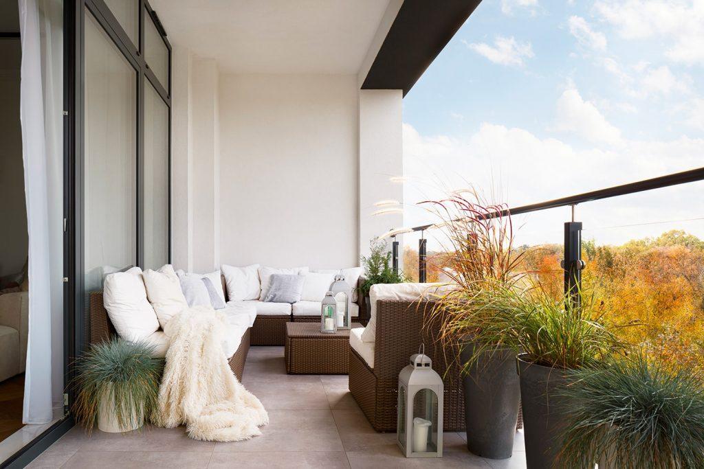 Uno stile classico ed elegante per arredare terrazze e balconi
