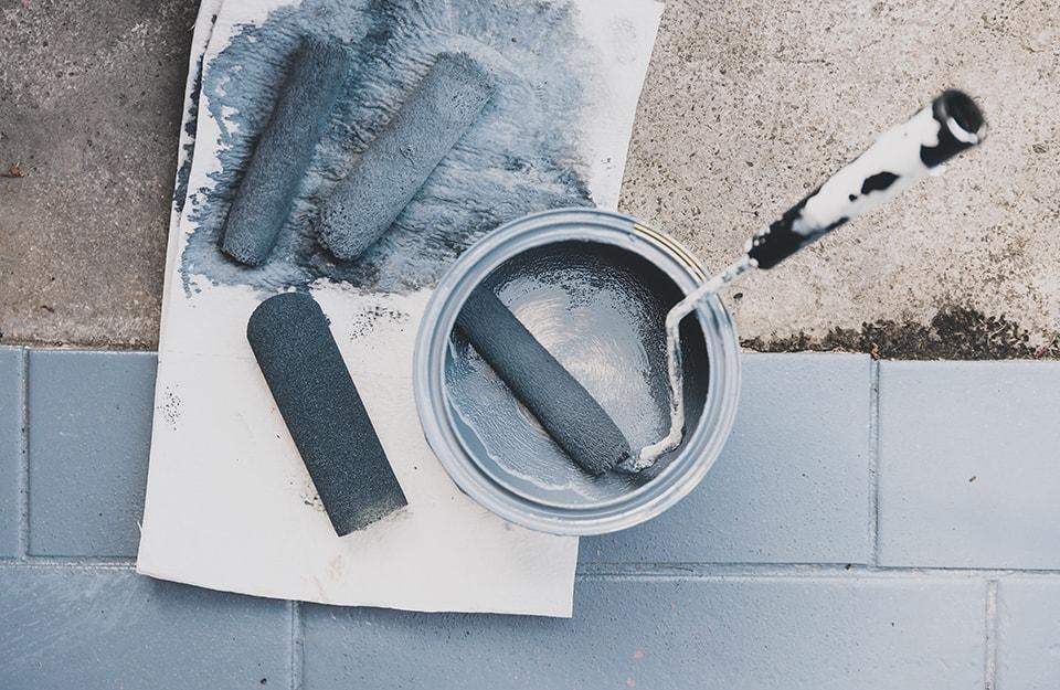 Gli strumenti necessari per verniciare le piastrelle