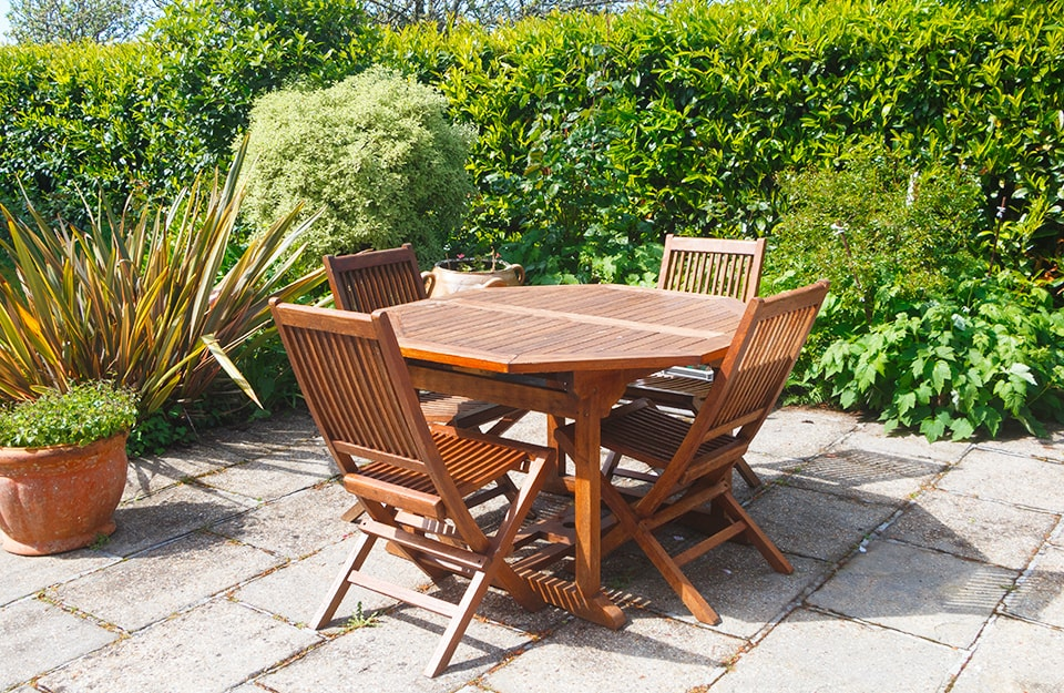 Tavoli e sedie da esterno in legno