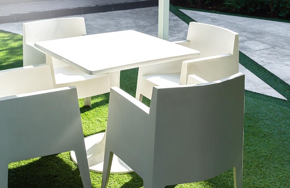 Tavoli e sedie da esterno in platica