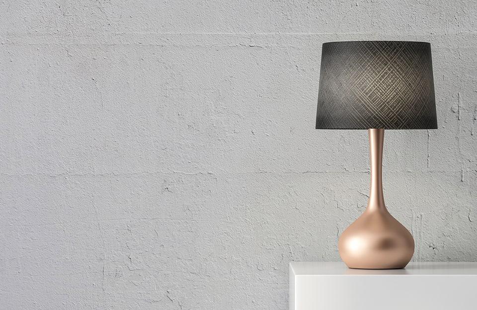 Lampada da tavolo con corpo a effetto metallizzato