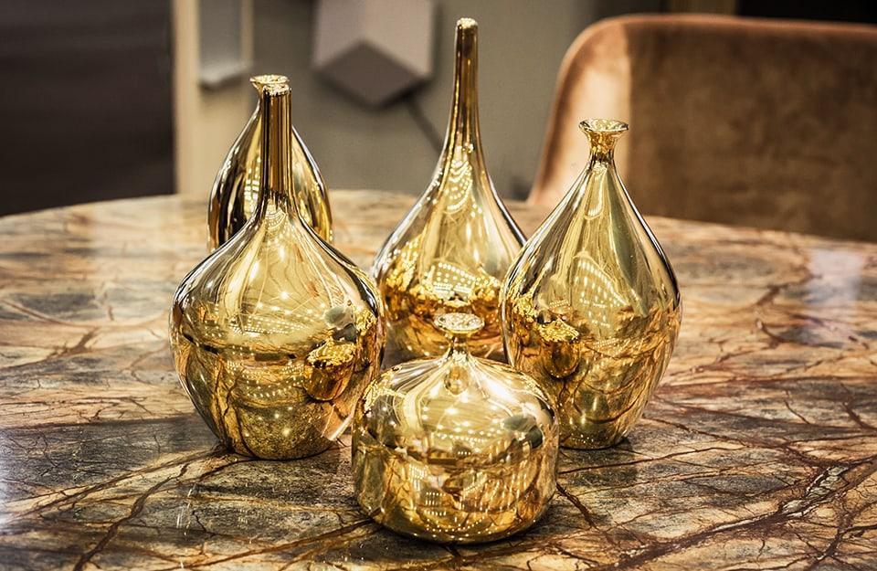 Composizioni di vasi dorati su un tavolo