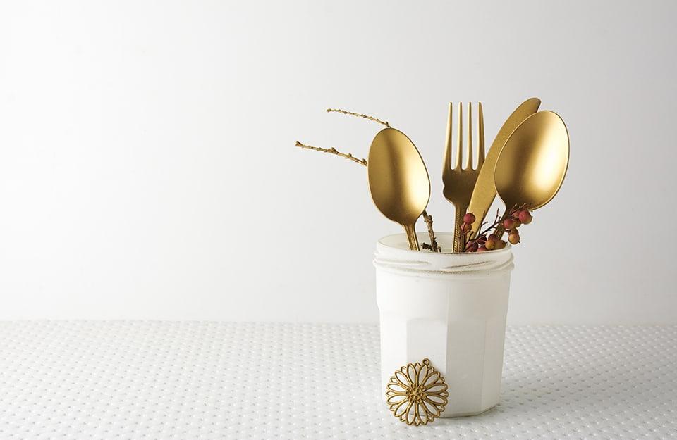 Vaso con posate dorate utilizzate come decorazione