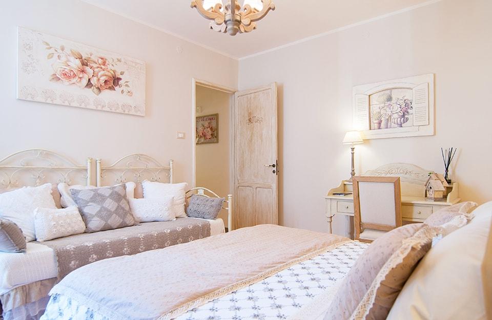 Una camera da letto in stile shabby chic alla francese, romantico e floreale