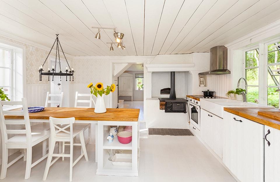 Una cucina stile cottage molto bianca e luminosa