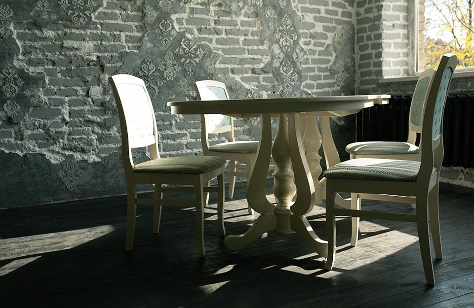 Tavolo e sedie in stile shabby chic in un contesto industrial