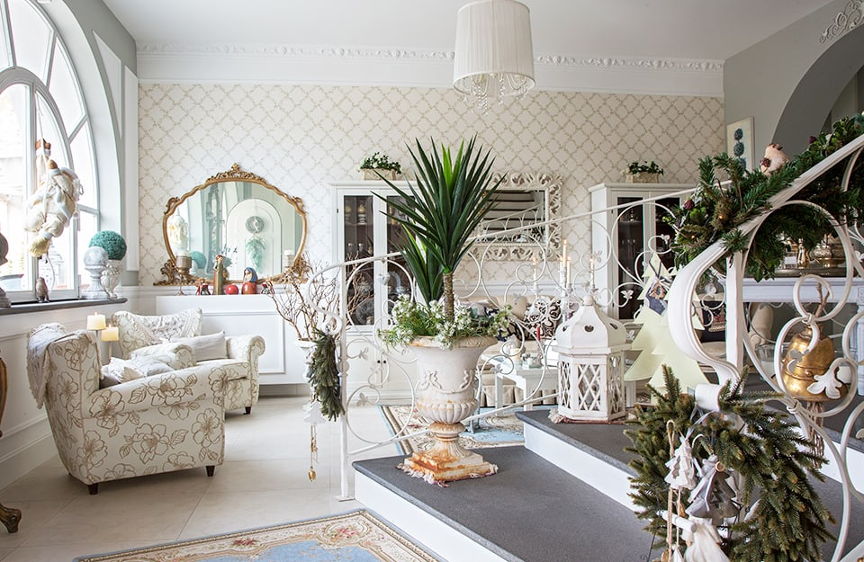 Salotto in stile shabby chic: molto bianco, mobili e oggetti antichi, tanti elementi visibili